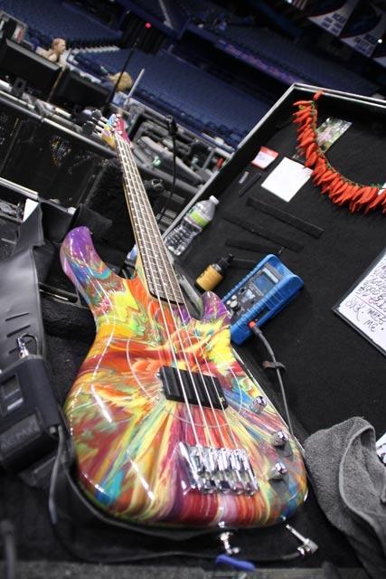 Эта бас-гитара  раскрашена Дэйменов Хистом (Damien Hirst)