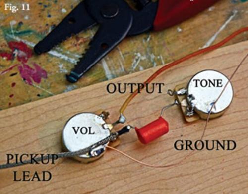 Современная разводка. При таком способе соединения, цепь регулировки тона влияет на звук звукоснимателя перед тем, как сигнал придет на потенциометр громкости. В этом случае, при уменьшении громкости, уменьшается и отдача по верхам.