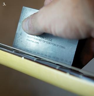 Измеряем расстояние между нижней точкой первой струны и верхом 1-го лада