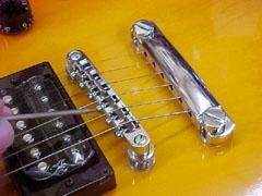 Настройка мензуры на гибсоновском фиксированном бридж Tune-o-Matic (Fixed bridge Gibson Style)