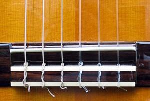 Бридж классической гитары. Нейлоновые струны