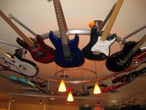 Люстра из гитар